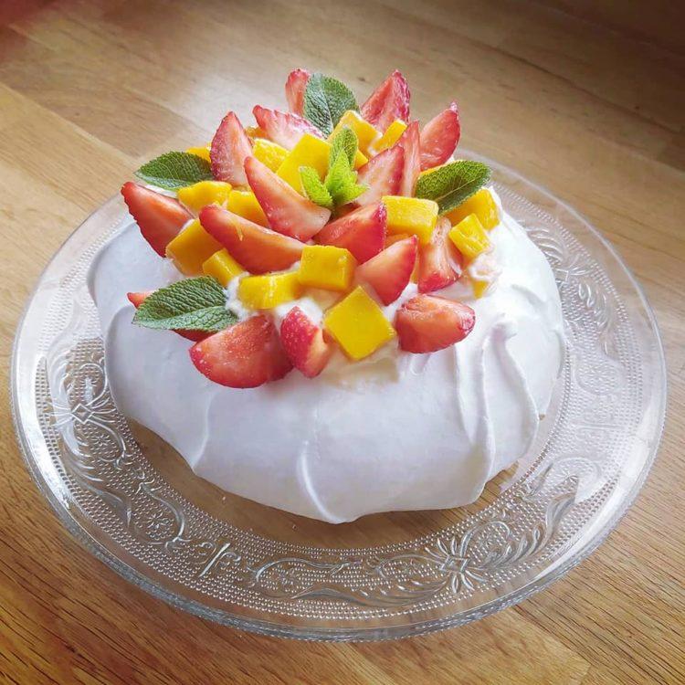 Pavlova fraise mangue sur assiette