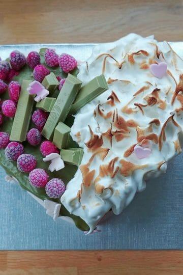 Cake design d'anniversaire coeur thé matcha framboise duo - patisse et malice