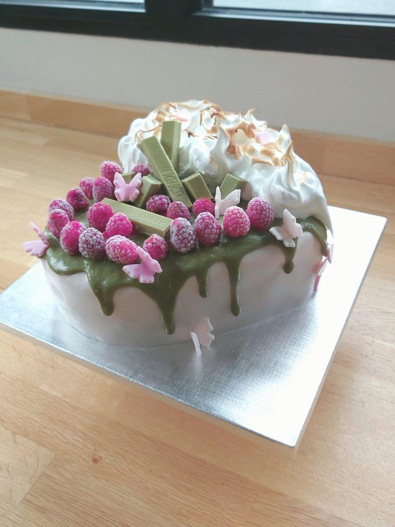 Cake design d'anniversaire coeur thé matcha kit kat framboise duo - profil - patisse et malice