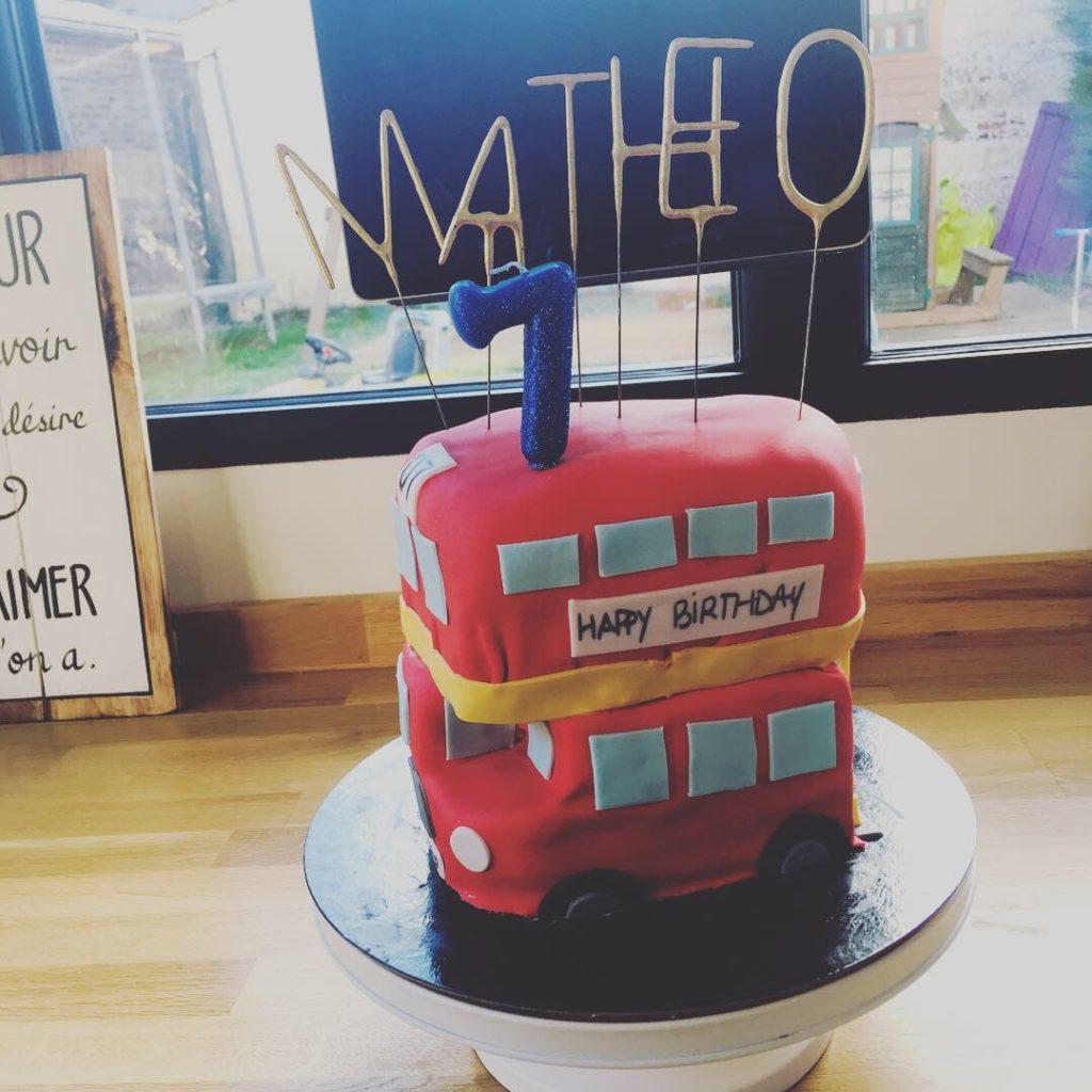 cake design d'anniversaire bus londonien - patisse et malice