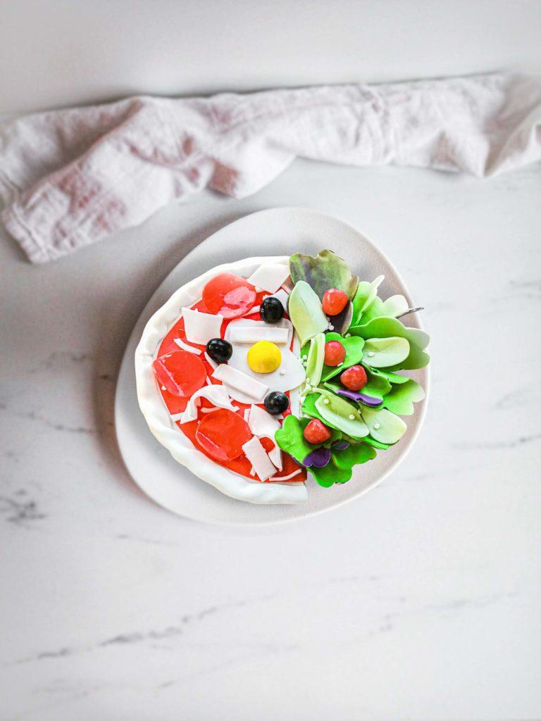 gateau personnalisé cake design pizza salade - vue de dessus - patisse et malice