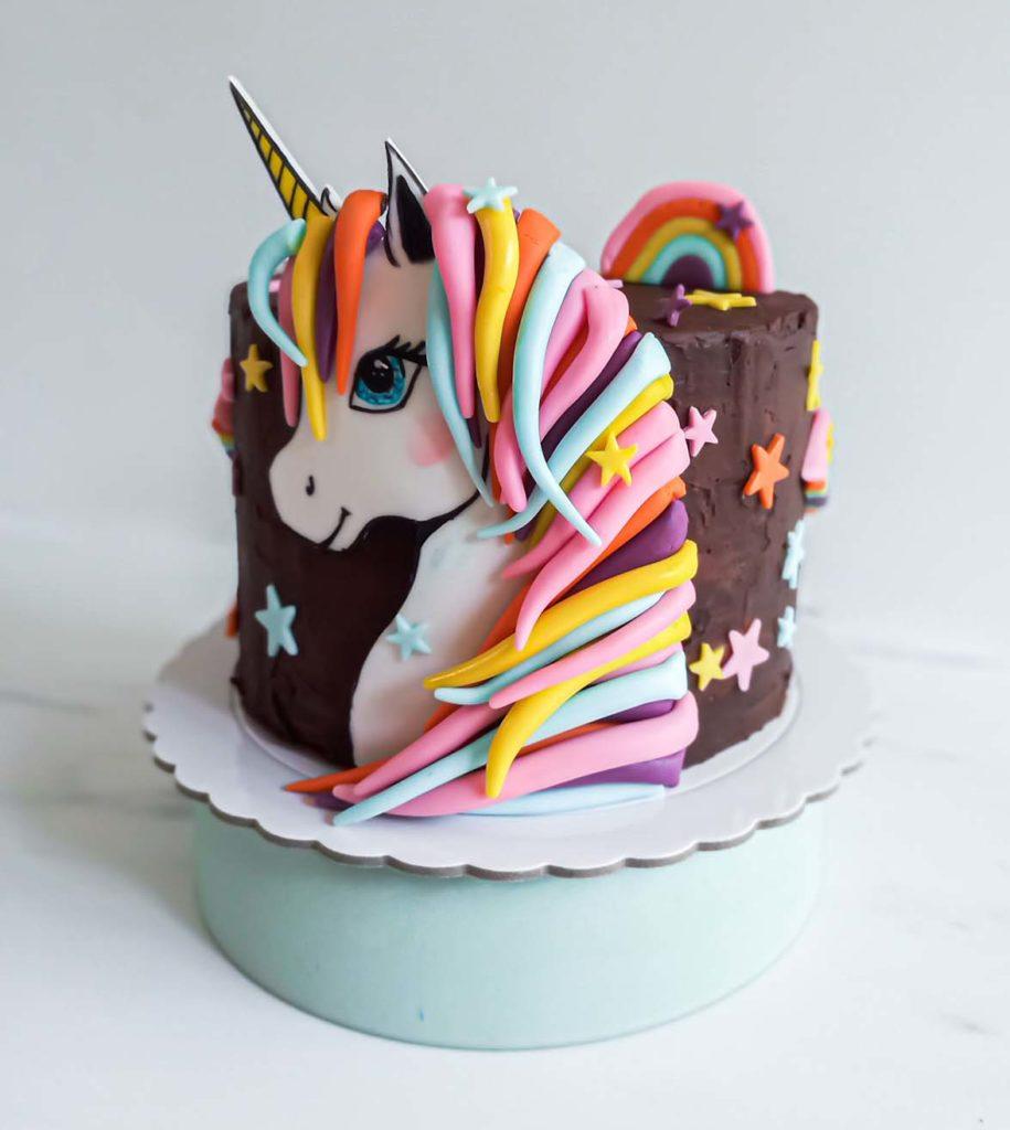 gateau d'anniversaire licorne - dessin sur pate a sucre - patisse et malice