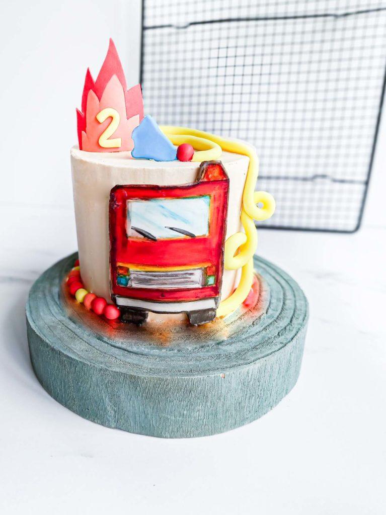 gateau d'anniversaire pompier - peinture sur pate a sucre - patisse et malice