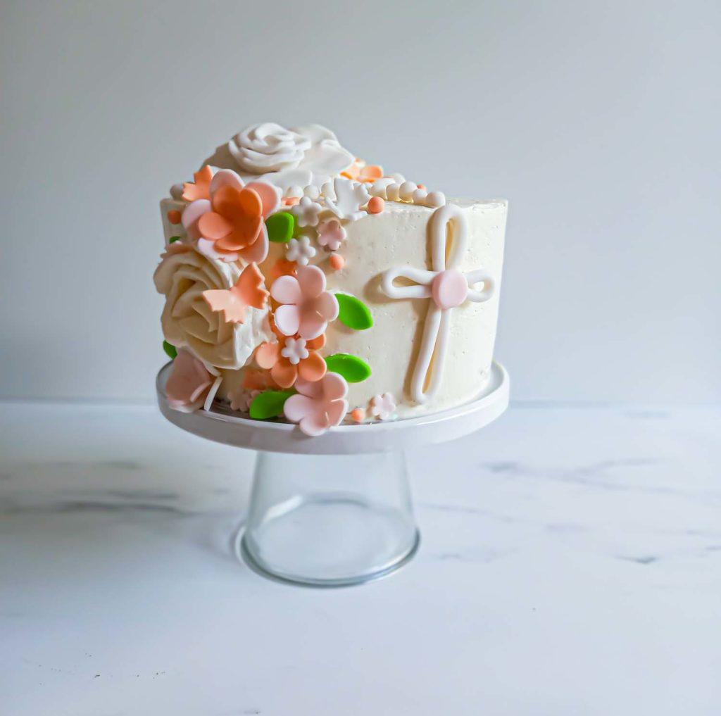 layercake fleuri communion vue de face - patisse et malice