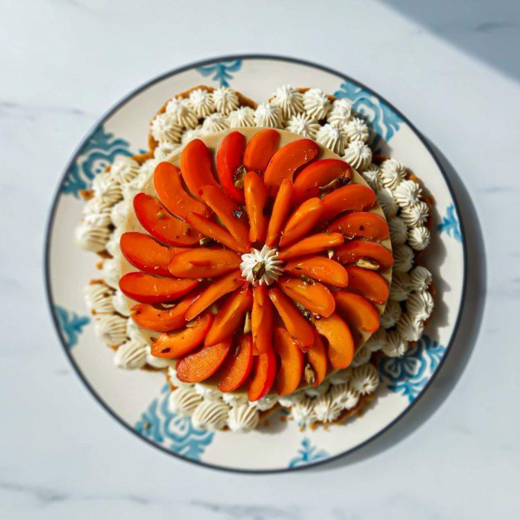 tarte supra sablée ganache vanille abricot - flatlay - patisse et malice
