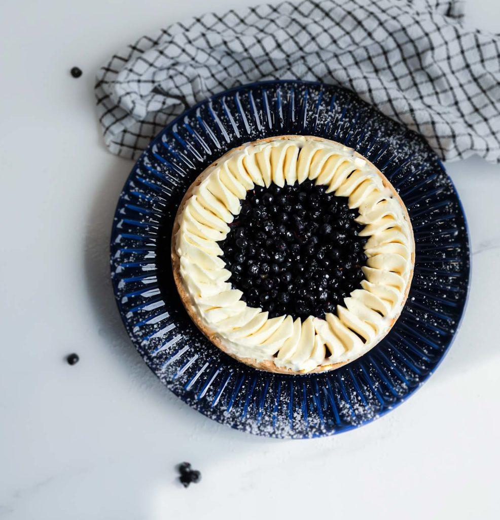 tarte aux myrtilles sauvages et crème montée - patisse et malice