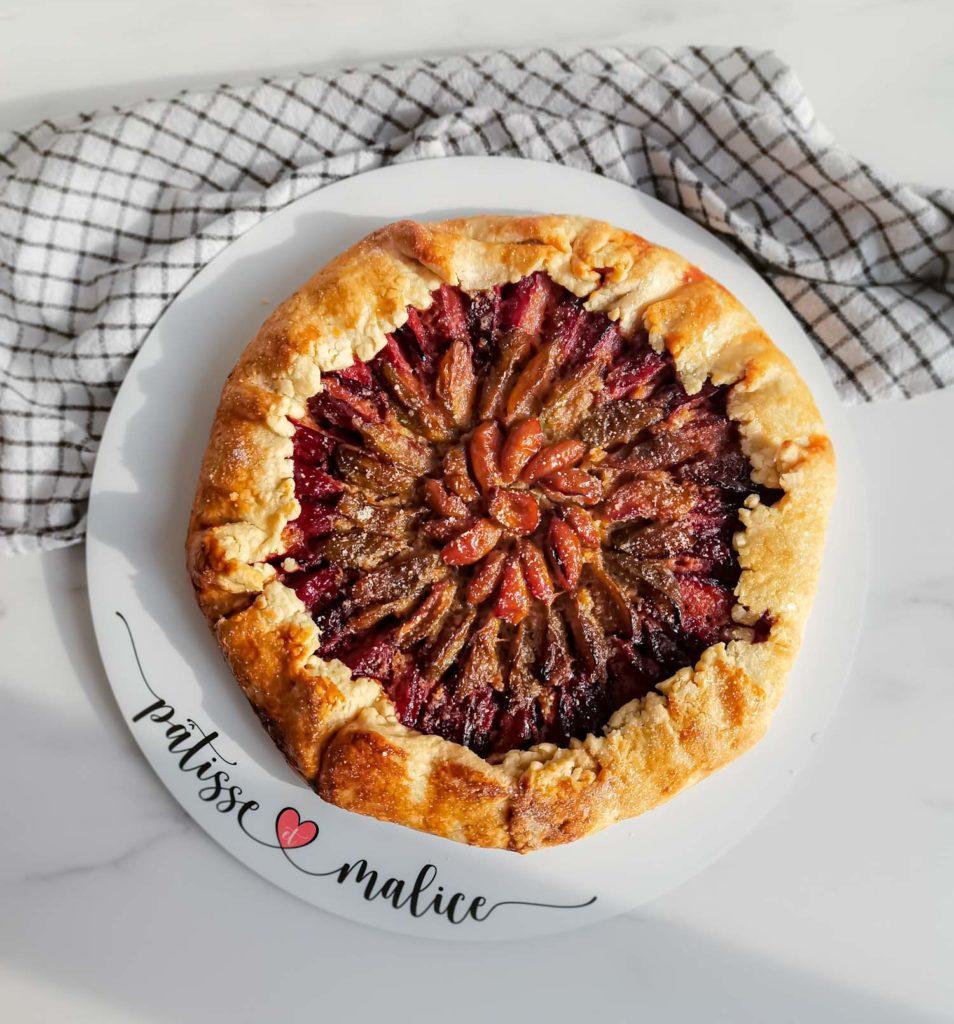 tarte rustique prunes - vue dessus - patisse et malice