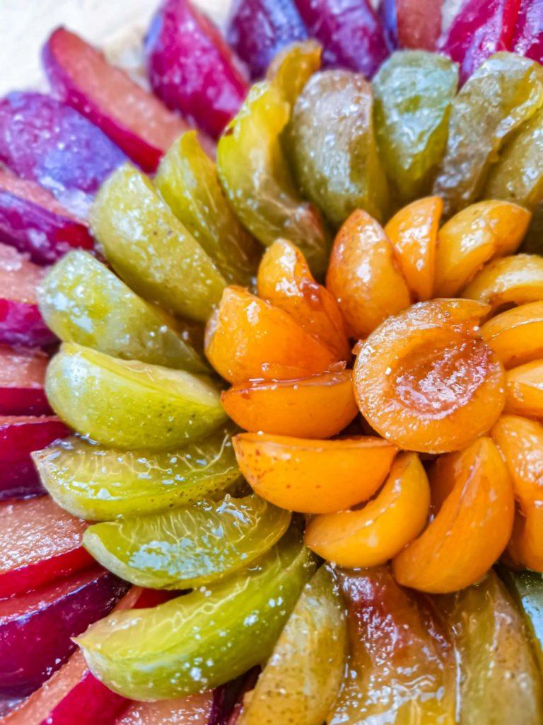tarte rustique prunes - zoom fruits - patisse et malice